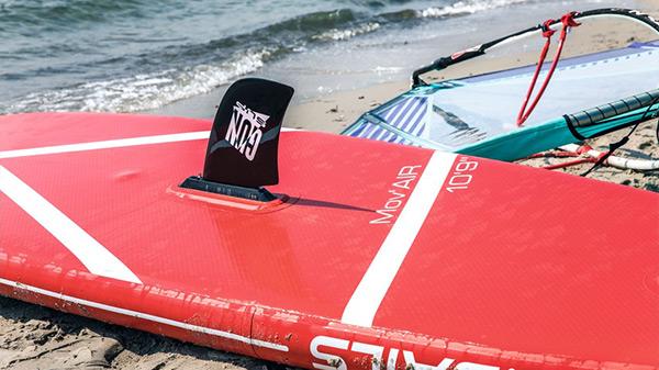 Aufblasbares SUP zum Stand Up Paddlen und Windsurfen mit Segel