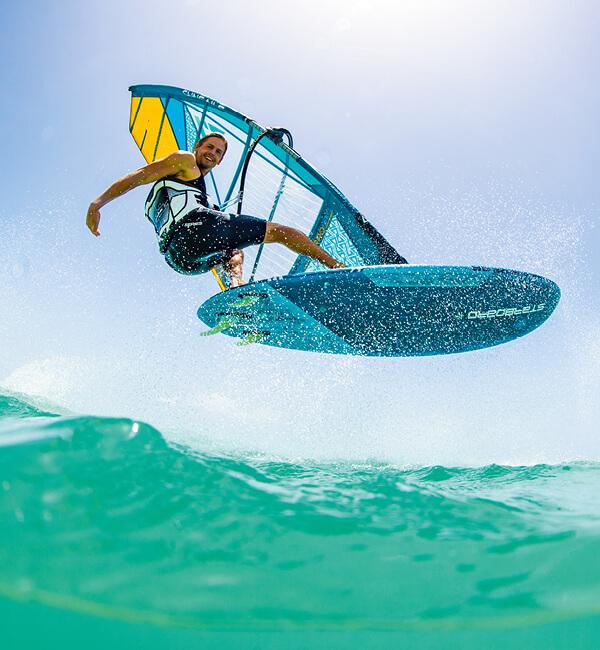 Freeride Windsurf Material ist geeignet für Einsteiger und fortgeschrittene Windsurfer, die ein einfach zu fahrendes Segel mit passendem Carbon Mast und Gabelbaum suchen.